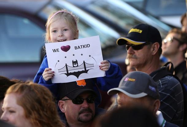 Тисячі американців, президент США, мер Сан Франциско, поліція об'єднались через соцмережи заради дитини Бетмена