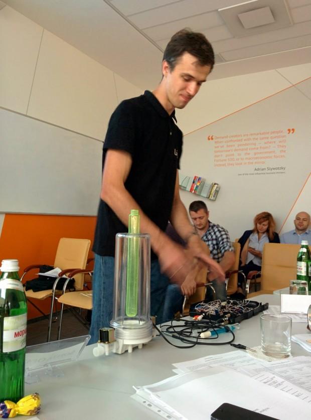 Випускники Львівської бізнес школи створили горнятко, яке визначає якість води, рахує калорії та дезінфікує воду
