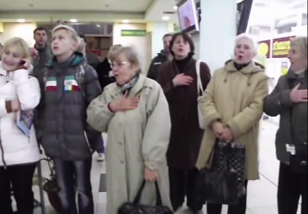 Флешмоб у Краматорську: відвідувачі супермаркету заспівали гімн України