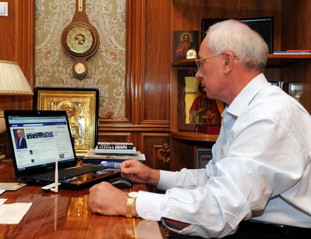 Азаров став адміном своєї сторінки на Facebook, але не під своїм іменем