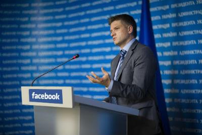 Держслужбовці отримуватимуть надбавку до зарплати за англійську мову та ведення екаунтів у Twitter та Facebook