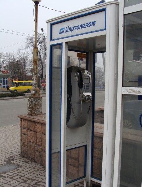 Українці досі користуються таксофонами, а на місцеві номери можна телефонувати безкоштовно