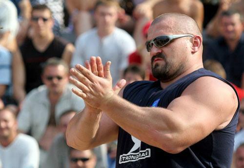 По словам очевидцев , украинский стронгмен появился с неизвестного