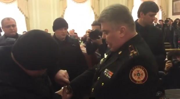 Відео затримання міністра на засіданні уряду стало хітом YouTube