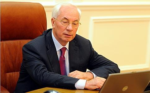 Кабмін отримав 900 резюме через сторінку Азарова на Facebook